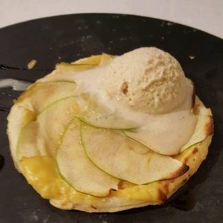 Tarta fina de manzana con helado de baileys