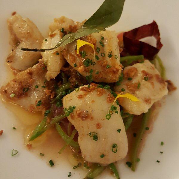 Restaurante Surtopía Rape en escabeche templado de vainas y cebolla roja