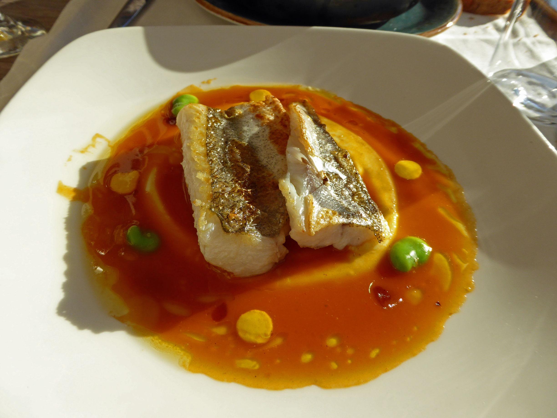 Restaurante en Barcelona Merluza con salsa de suquet y azafrán