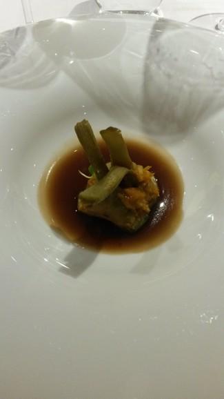 Alcachofas, changurro y caldo de cebolla roja