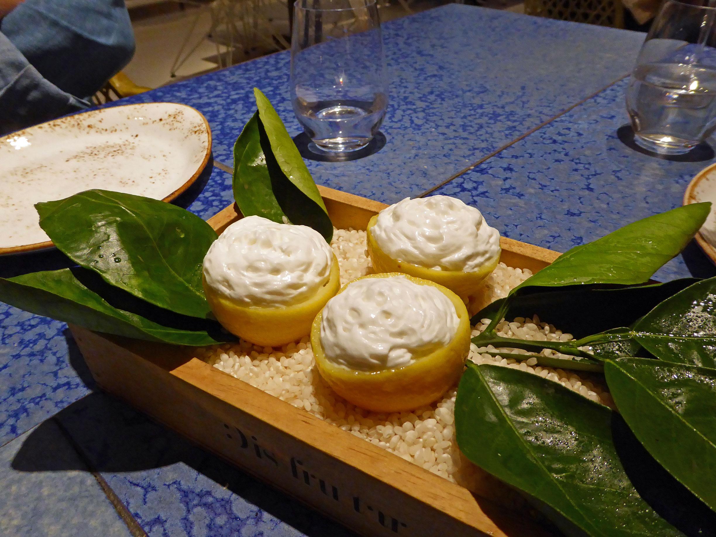 Restaurante en Barcelona Sorbete de piña y marialuisa con coco y regaliz