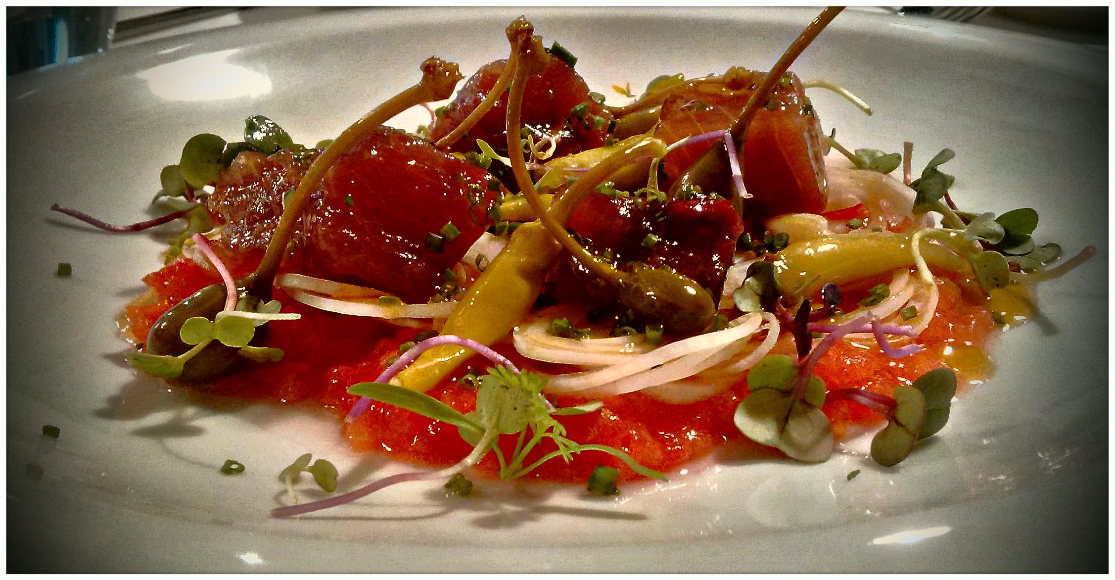 Tavella . . .Ensalada de Atún, Taperas, Pebrera (Piparras ó Guindillas), Aros  de Cebolla fresca y tierna y Tomate triturado . . .
