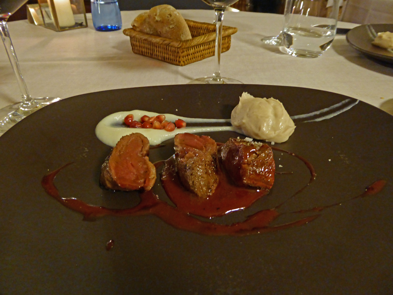 Restaurante El Motel Medallon de ciervo,, salsa de vino tinto al sésamo, con puré de boniato