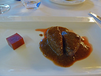 Lomo de cabra salvaje ibérica con una reducción de mostaza de grano, mermelada de frambuesa y dulce de membrillo