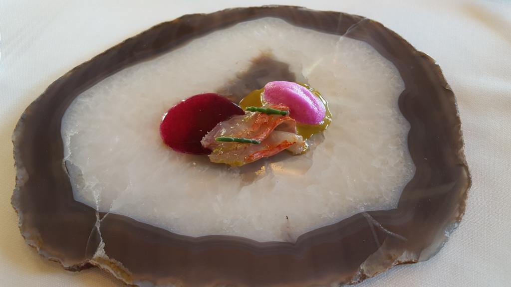 Restaurante en Girona Salmonete marinado con Kombu. Celler de Can Roca