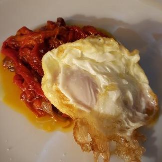 Huevo frito con pimientos de cristal.