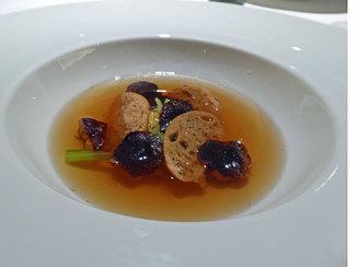 Consomé de ave, verduras, trufa melanosporum y foie-gras