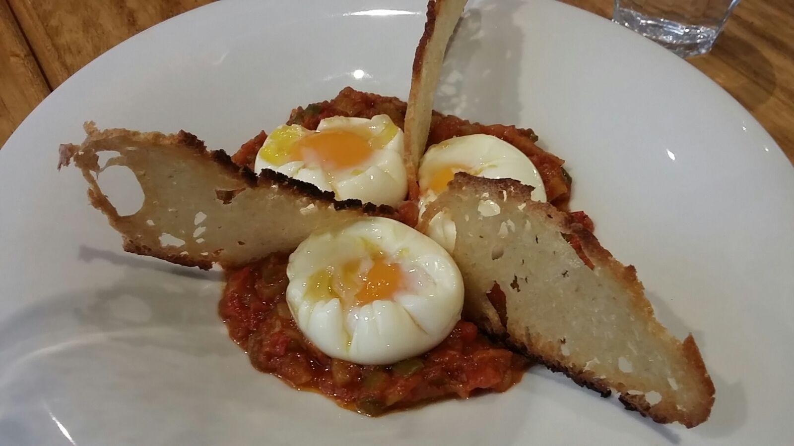 Angelita Madrid en Madrid Pisto de tomate OX y huevos escalfados