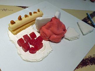 """""""Pa de pessic"""" y helado de maiz, queso fresco, hibiscus y piña."""
