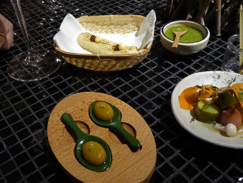 Hoja Santa Aceitunas de cantina y Pan de maiz con caviar de chia y café