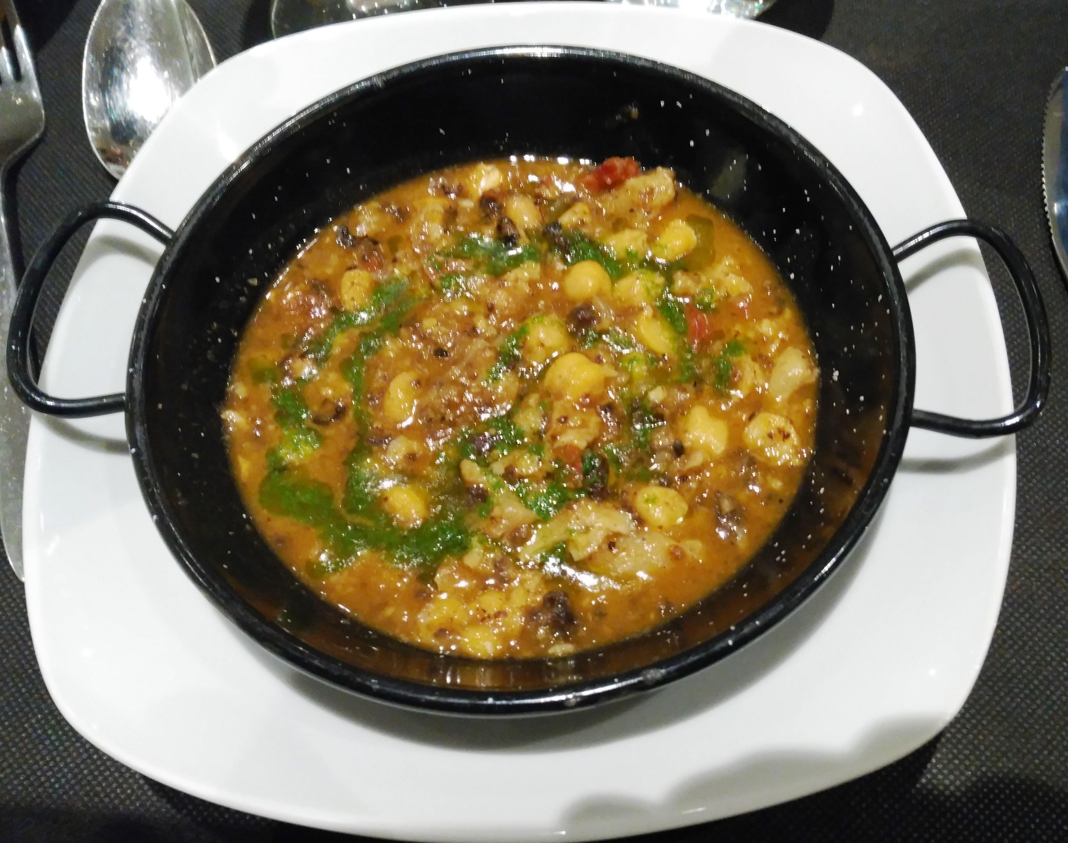Restaurante Mitjagalta Callos de bacalao con garbanzos.