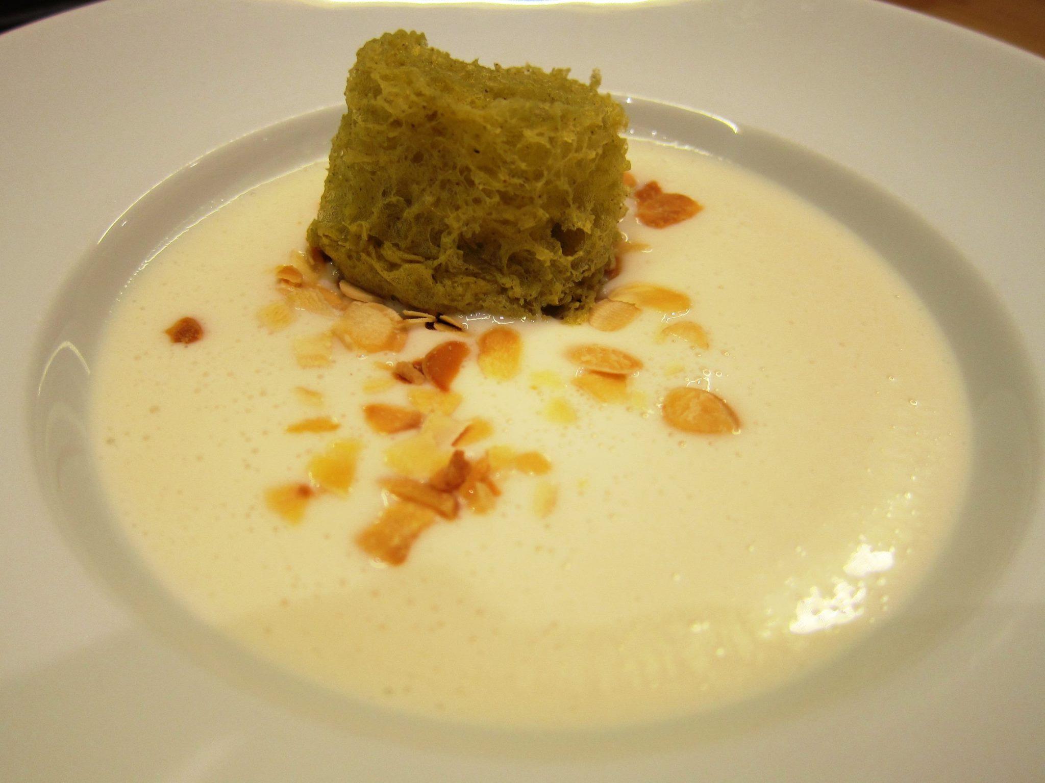 Mitjagalta Menjar blanc de almendra y esponja de romero.