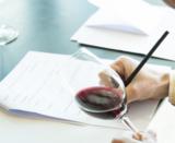 Evaluando vino col