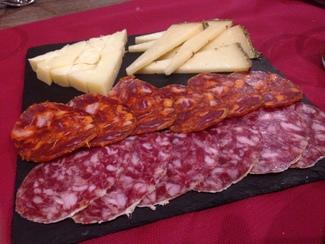 Tabla de chorizo ibérico, salchichón ibérico y queso