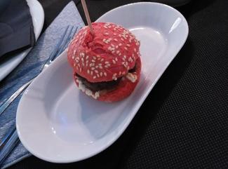 La hamburguesa tenía un color curioso, pero no llegamos a probarla.