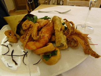 Frittura di calamari, gamberi e verdura con confettura di pomodori e zenzero