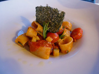 Calamarata di gragnano con ragù di seppie, zucchine e pesto leggero