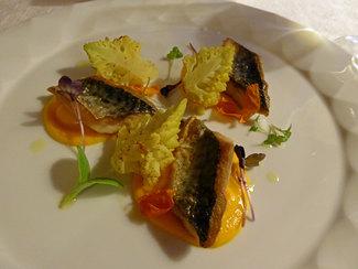 Sgombro croccante, vellutata di carote, Broccolo romano e sesamo tostato
