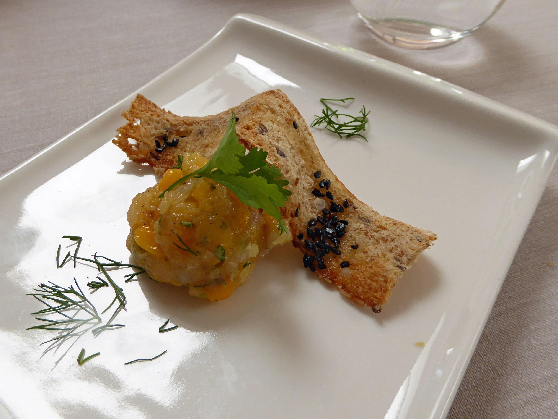 Restaurante en Figueres Tartar de dorada, cítricos y manga