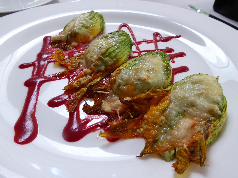 El Motel Flores de calabacin rellenas de ricotta y parmesano, vinagreta de remolacha