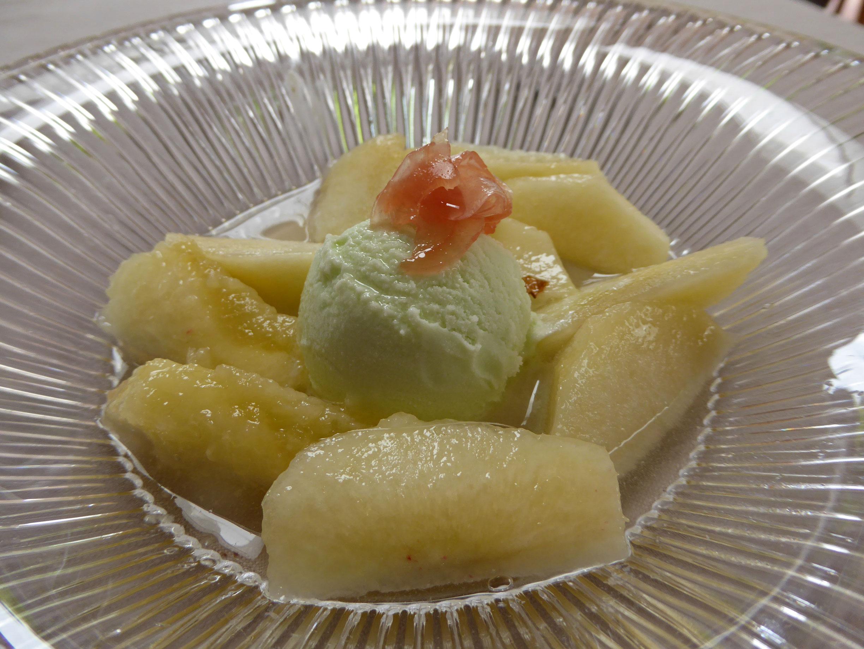 El Motel en Figueres Melocoton blanco al Muscat, helado de jengibre i gin Giró