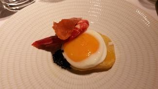 Huevo con carabinero asado