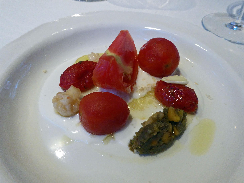 Alkimia  Tomàquets xerry, marinats, curats, macerats amb vinagreta de formatge fresc i garum d'anxoves