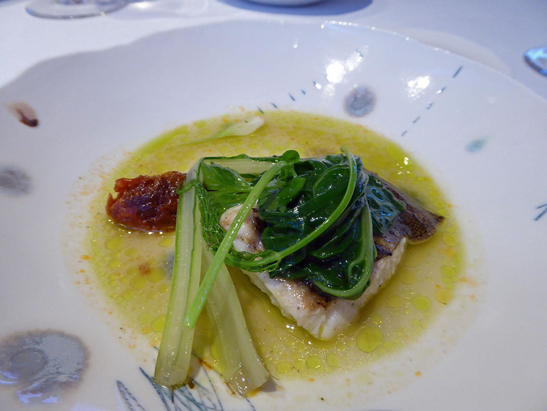 Restaurante Alkimia Plat de peix salvatge, turbot amb bledes amb un sofregit de seba, all i galanga i suc de bledes