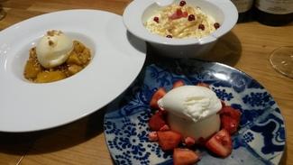 Mousse de queso, milhojas con piña y fresas con nata