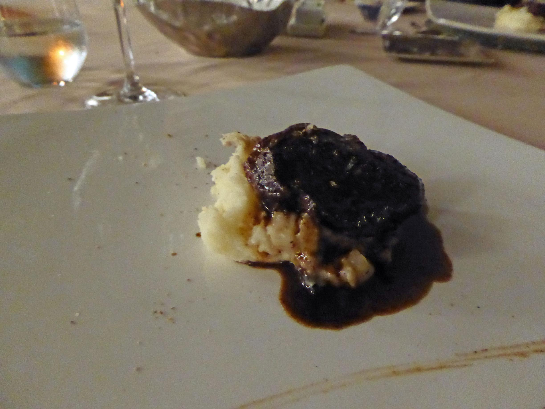 Restaurante Lucas Maes Carrillera de cerdo Ibérico sobre puré suave de papa y tomillo, ragoût de champiñones y apio y salsa de su cocción