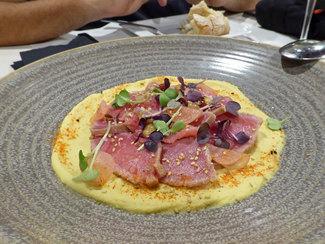 Atún marinado con humus