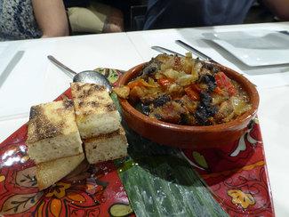 Pisto marroquí con dátiles y pan árabe