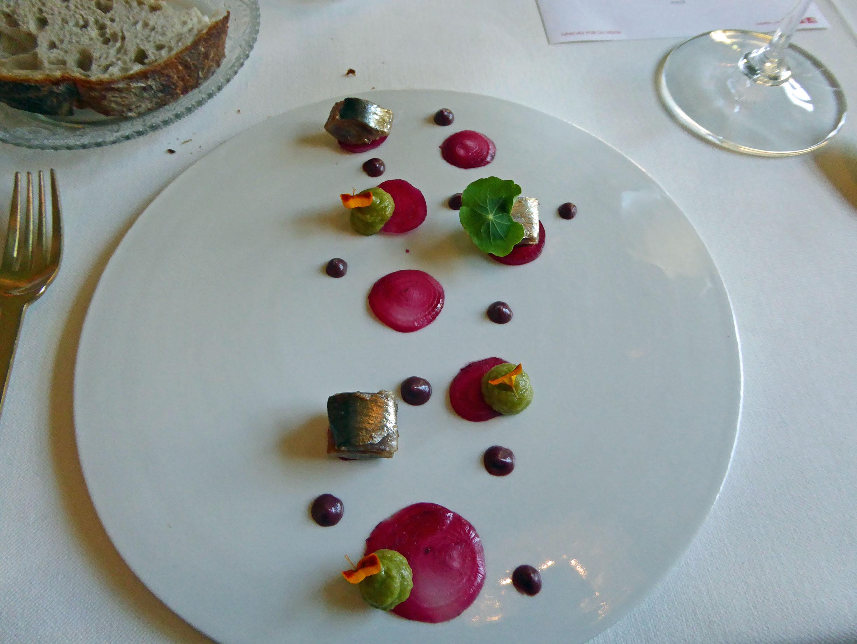 La Salita Sardina braseada, aguacate ahumado y cebolla fermentada