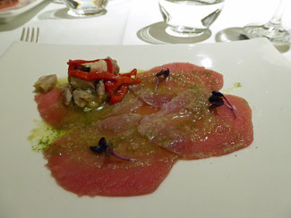 Carpaccio de atún rojo, macerado en salvia, pimiento rojo asado vigorizante