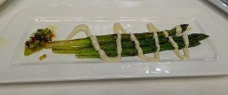 Espárragos verdes asados con mahonesa de oliva verde con anchoa