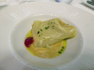Ravioli de pasta oriental relleno de puerro y gambas en salsa de cava