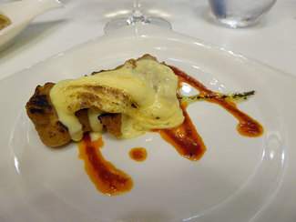 Penca de acelga rellena de jamón ibérico y velouté de hongos con salsa holandesa en pomada