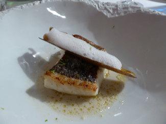 Merluza de pincho con navaja plancha, lemongrass y aire de limón