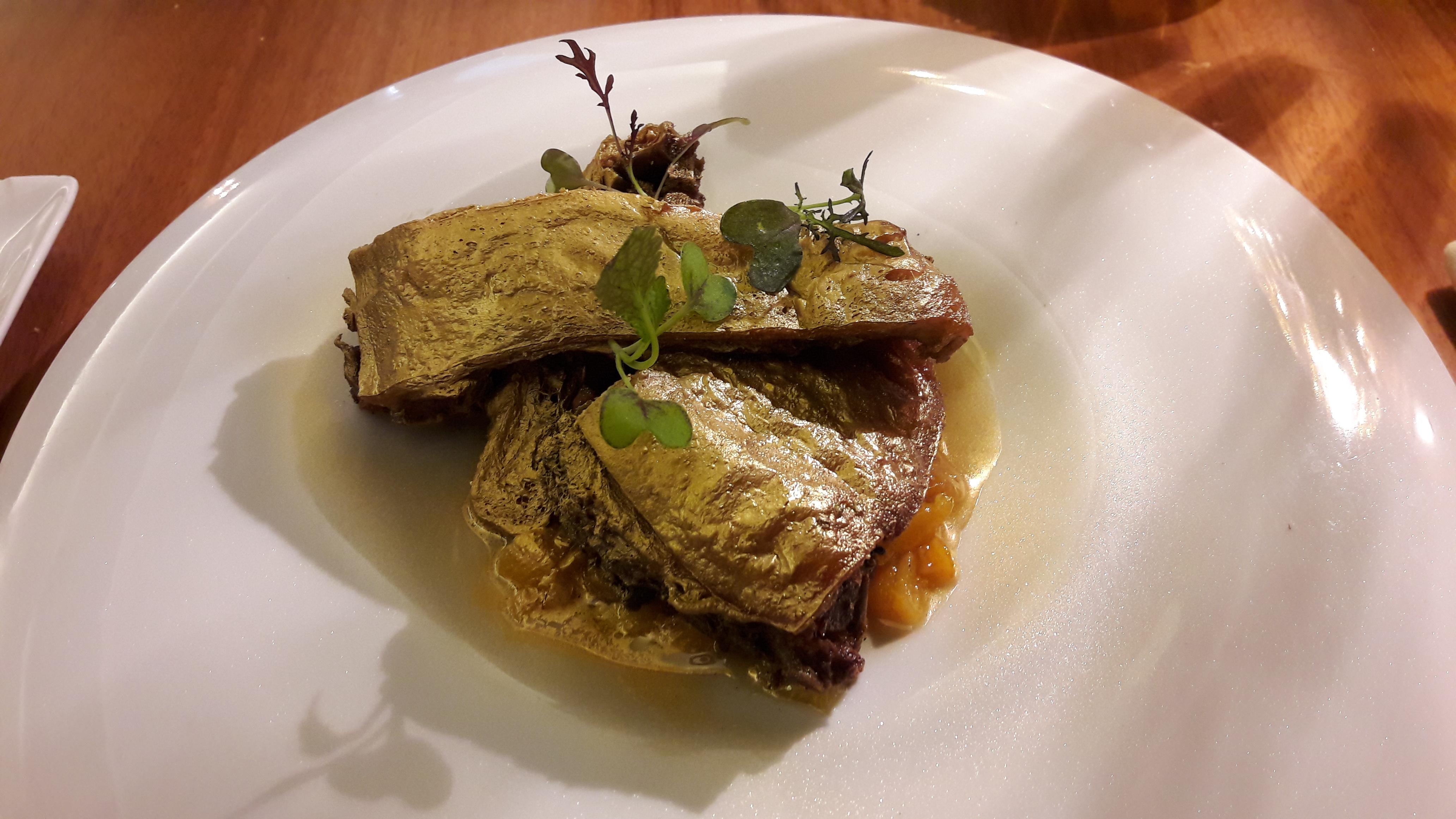 Restaurante en Úbeda tostón dorado, confitado en aceite de oliva picual Cortijo la Torre, melocotón y gel de lima