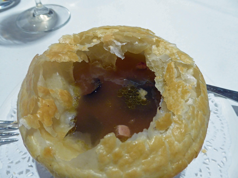 Restaurante en Olost de Lluçanès Sopa de perdiz con trufa tuber melanosporum con costra, una vez abierta esta última