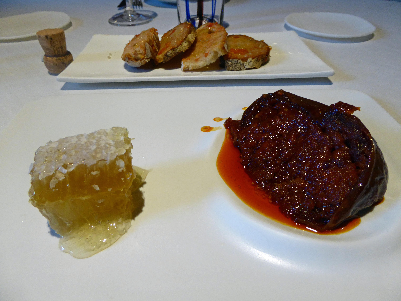 Els Casals Sobrasada con panal de miel, acompañada de pan con tomate