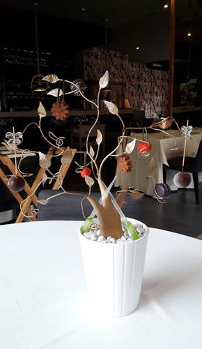 """Restaurante en Valencia """"Árbol de los petit four"""", tras el que se vislumbra la nueva decoración del local."""