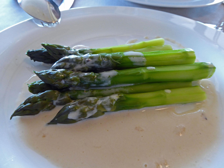 Restaurante en Figueres Esparragos de Riumors, al perfume de trufa blanca y pecorino