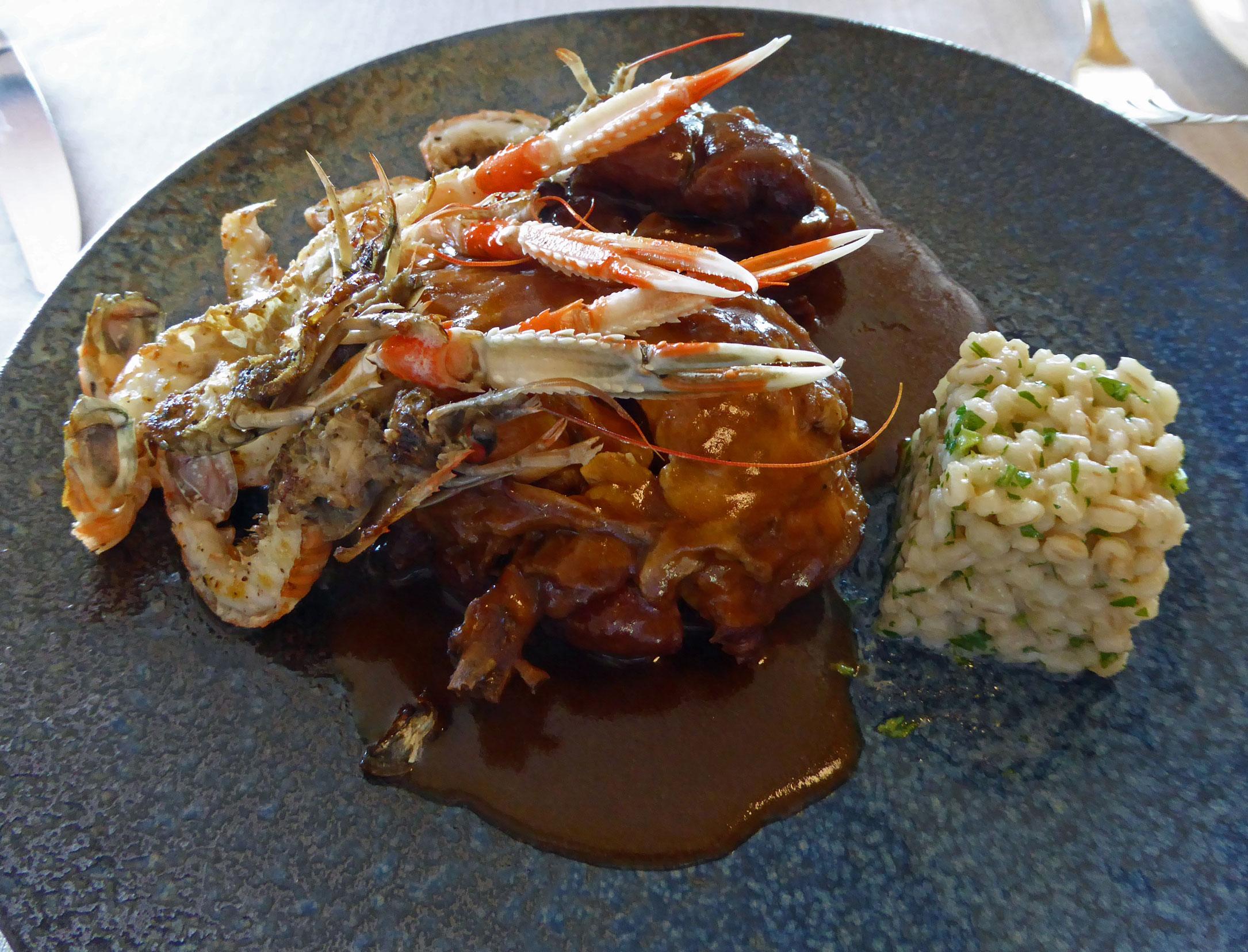 Restaurante El Motel Pollo de corral (grano) con cigalas de Llança acompañado de un falso risotto de bulgur