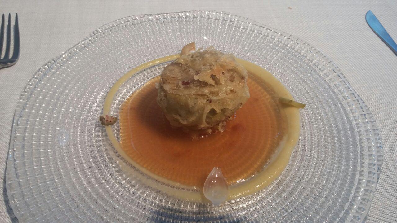 Cocinandos Alcachofa en tempura con un guiso de lengua curada y encurtidos