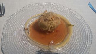 Alcachofa en tempura con un guiso de lengua curada y encurtidos