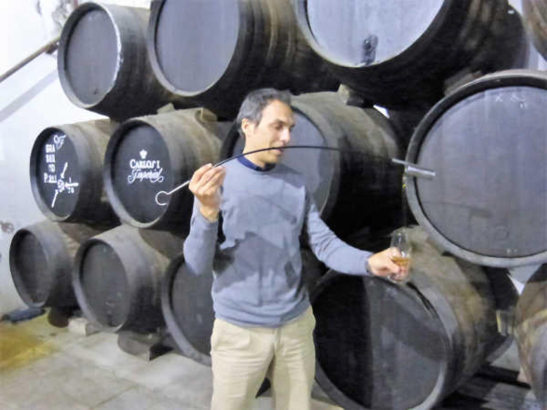 Marcos Alguacil, venenciando los brandys más viejos de las soleras de Osborne