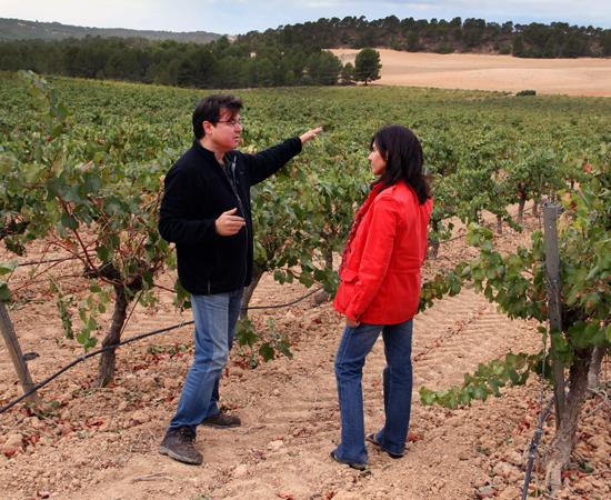 Rodolfo enseñando el viñedo