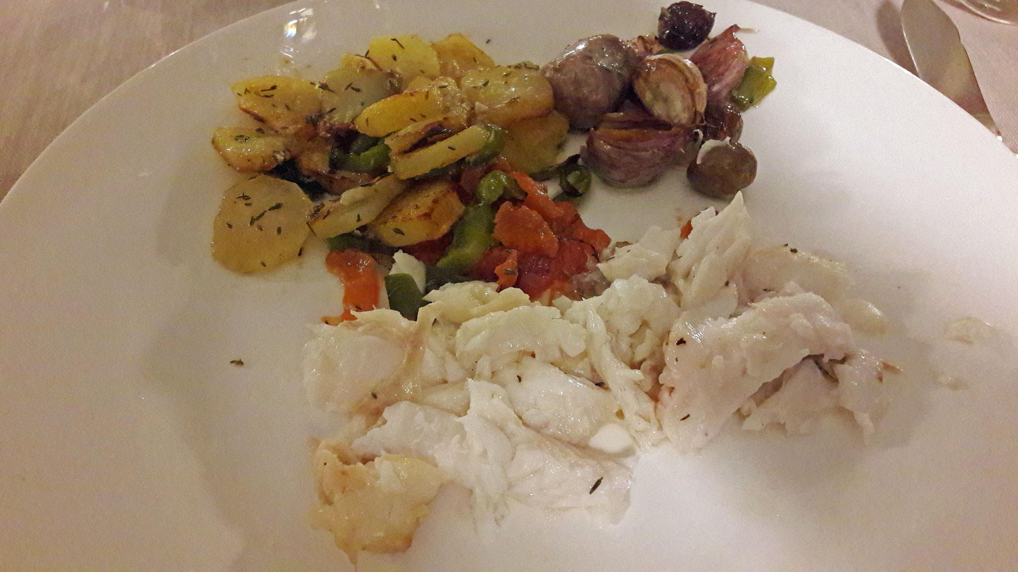 Restaurante El Motel Emplatado del cabracho al horno con patatas, pimientos, ajos, butifarra y setas