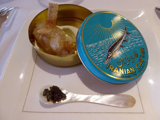 Tartar de corbina y cigalas con nata fresca trufada, crujiente de pimienta rosa y caviar Beluga irani 000